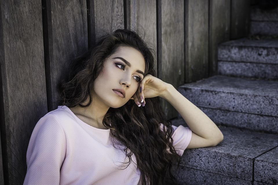 階段ウェーブヘアの女性