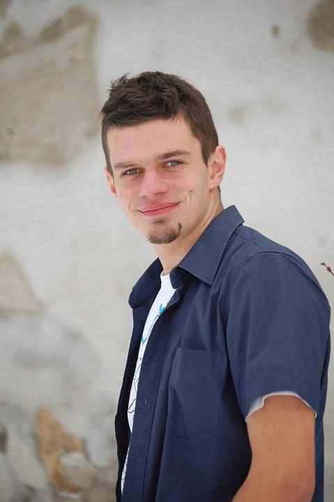 青シャツ笑顔男性