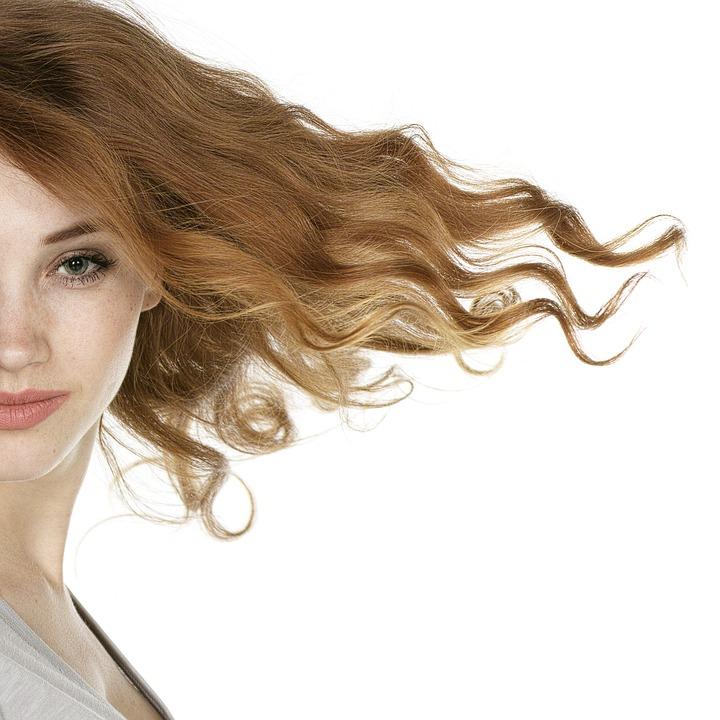 風になびく髪の女性