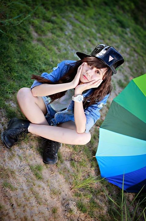 黒帽子座っている少女