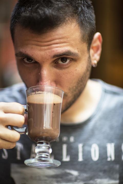 コーヒー飲む男性