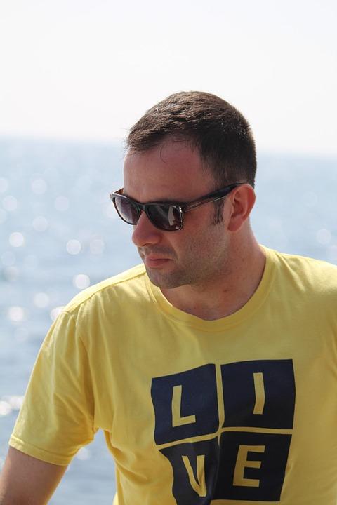 サングラス黄色Tシャツ男性