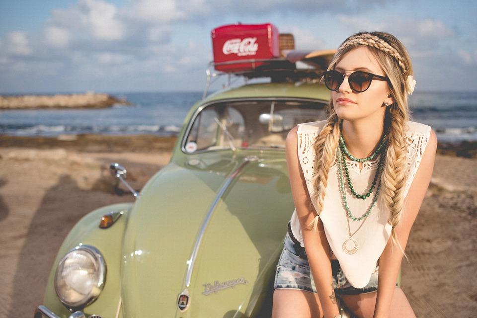 ビーチと車と女の子