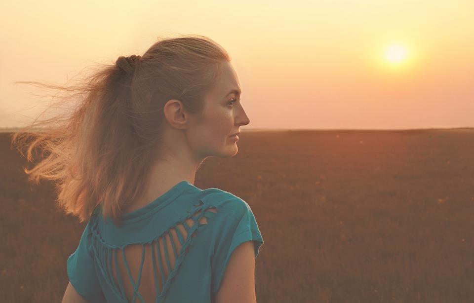 女性横顔太陽