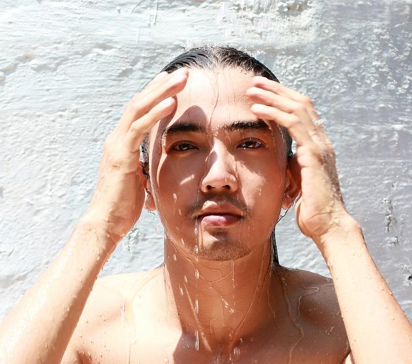 水を浴びる男性