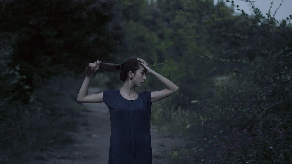 頭抑える女性
