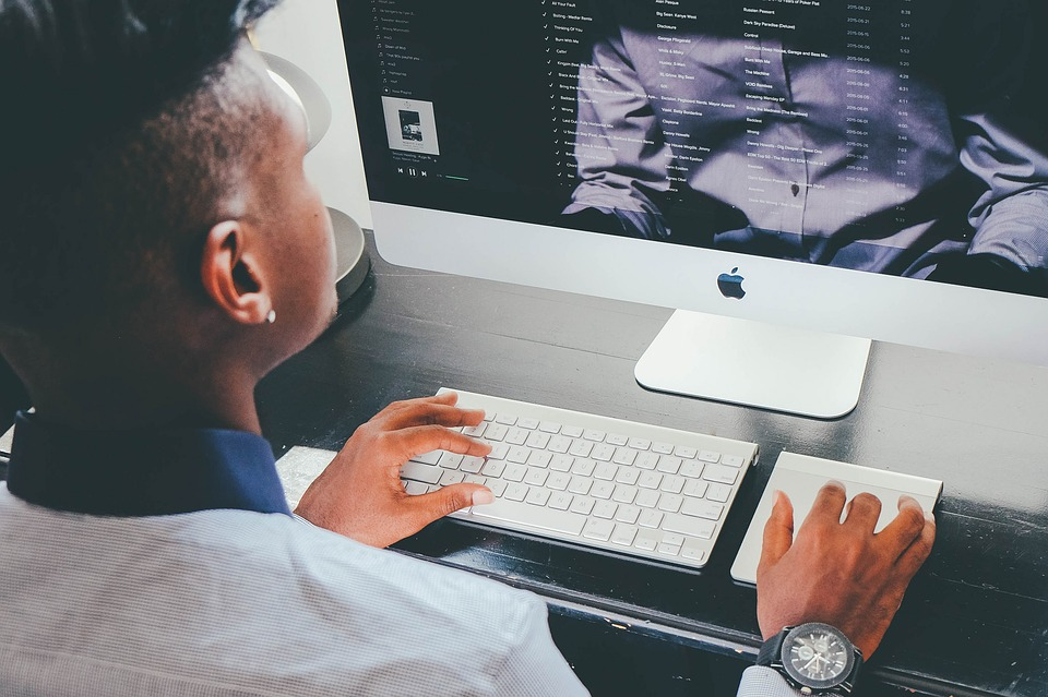 PC画面と男性