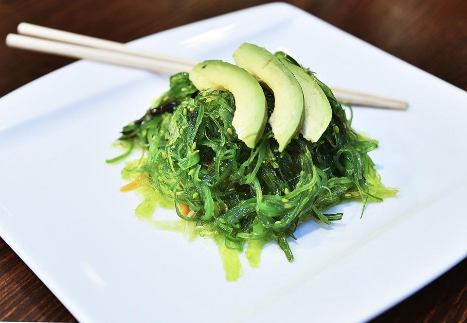 アボカドと海藻のサラダ
