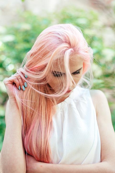 ピンクの髪とブルーのネイル