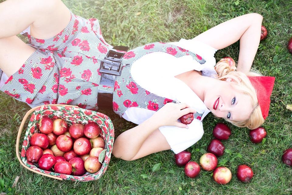 リンゴと女性
