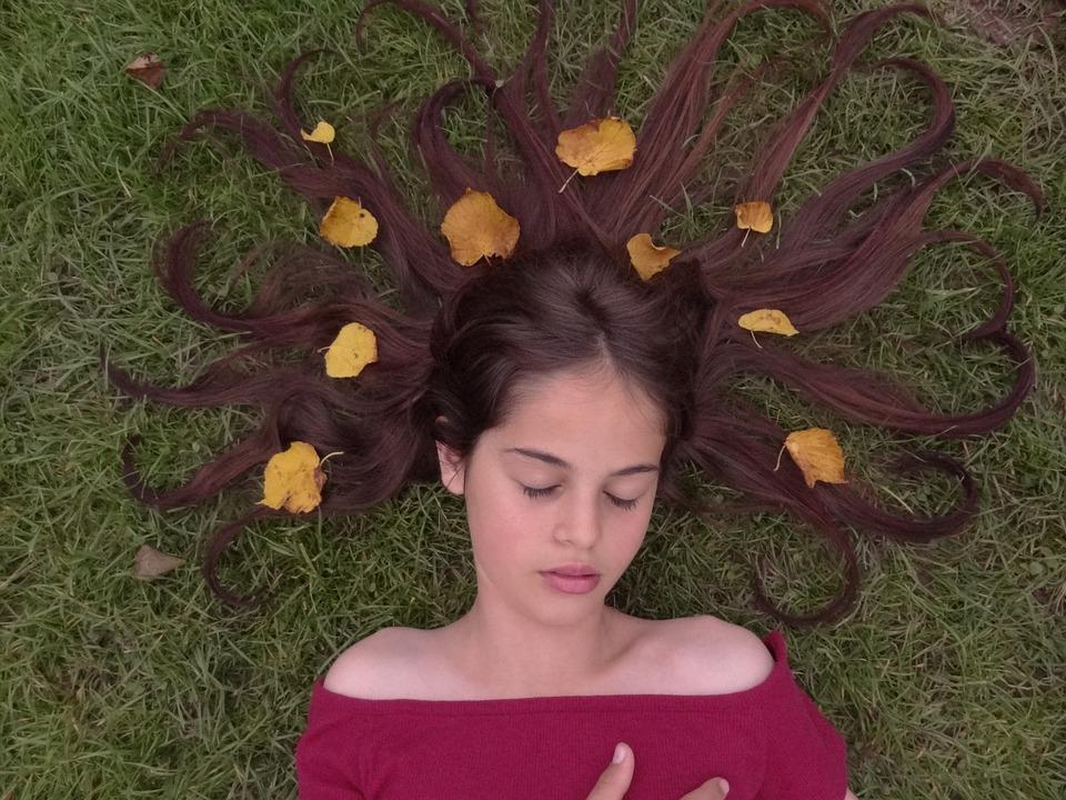 寝ている女の子と葉