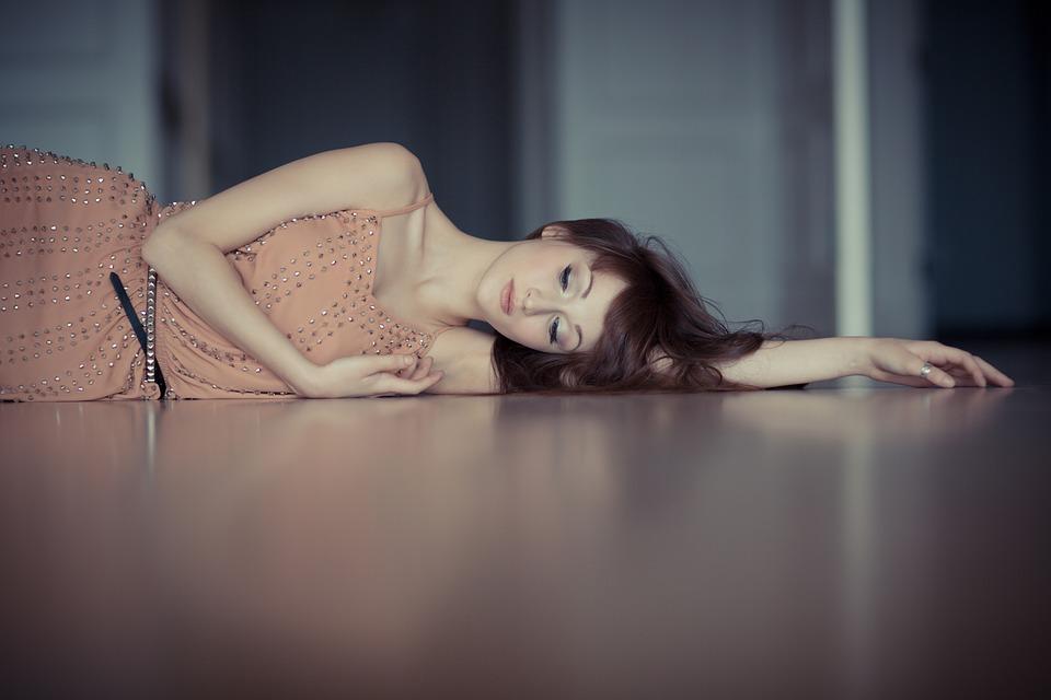 床に寝ている女性