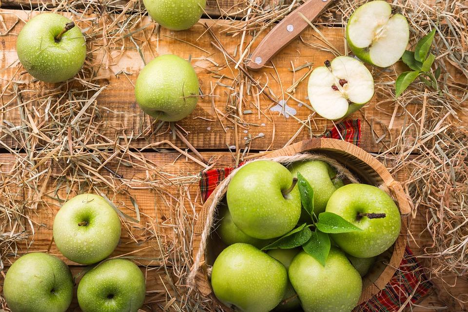 木のテーブルの上のリンゴ