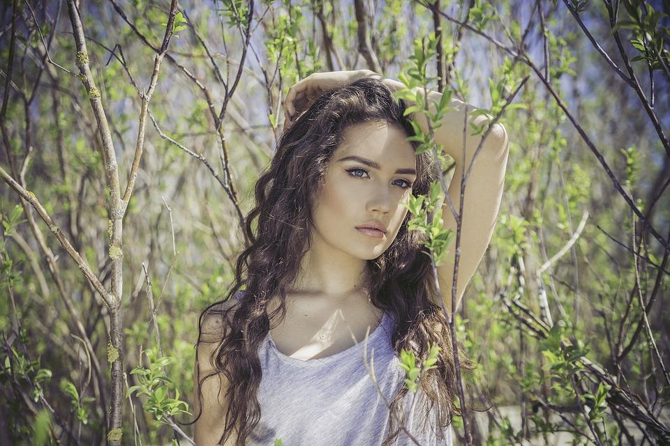 枝と葉ウエーブヘア女性