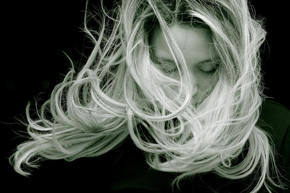 白黒写真女性
