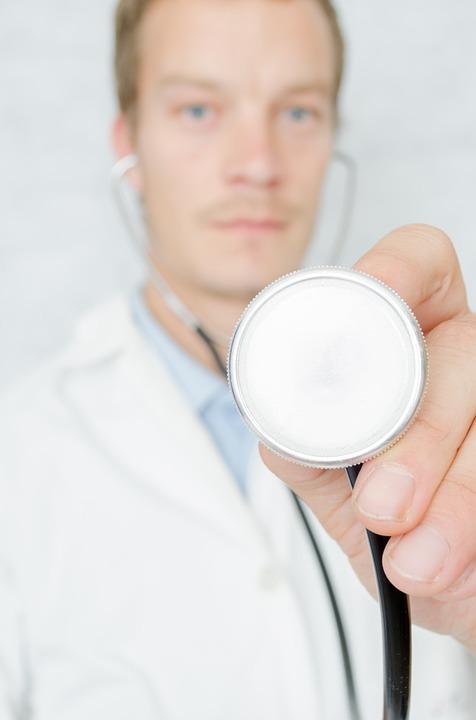 聴診器男性医師