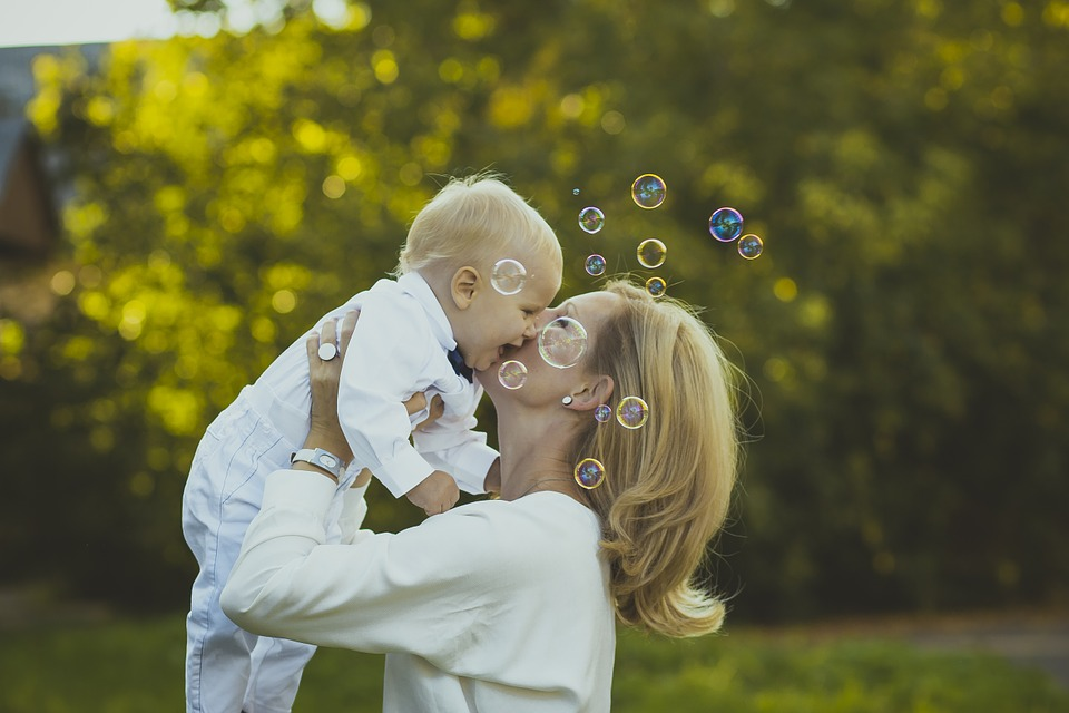 赤ちゃん抱っこする女性