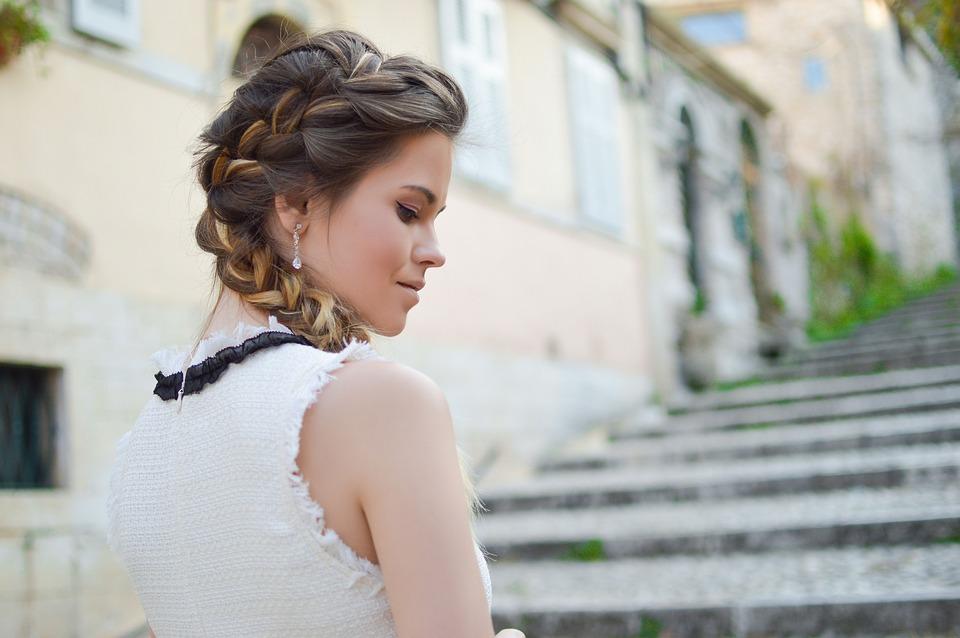 階段女性横顔
