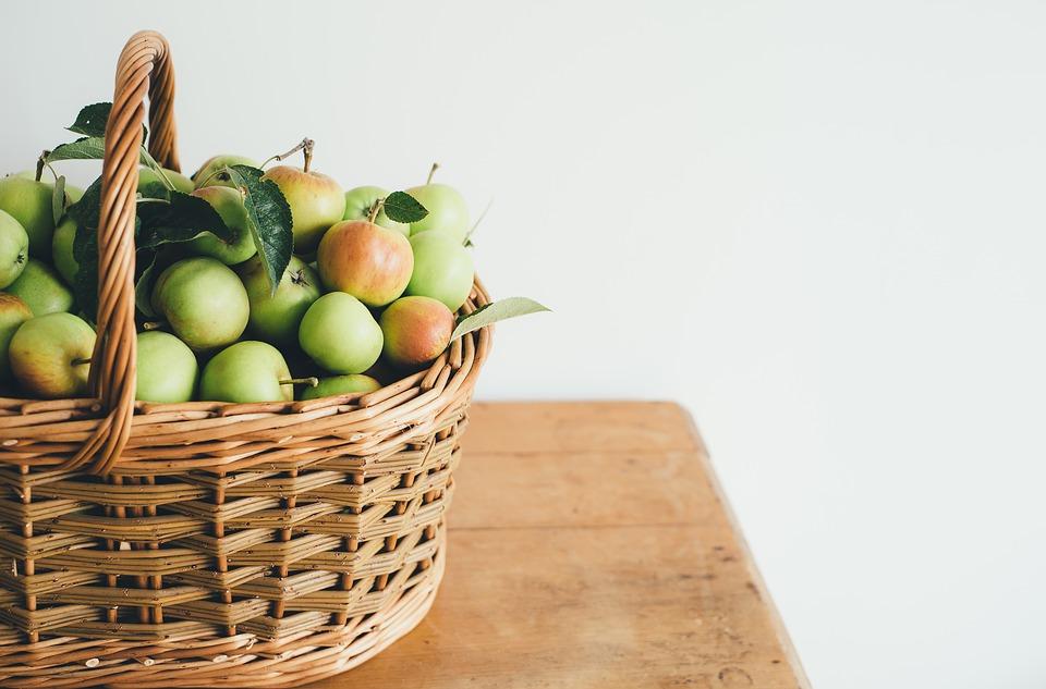 青リンゴとバスケット