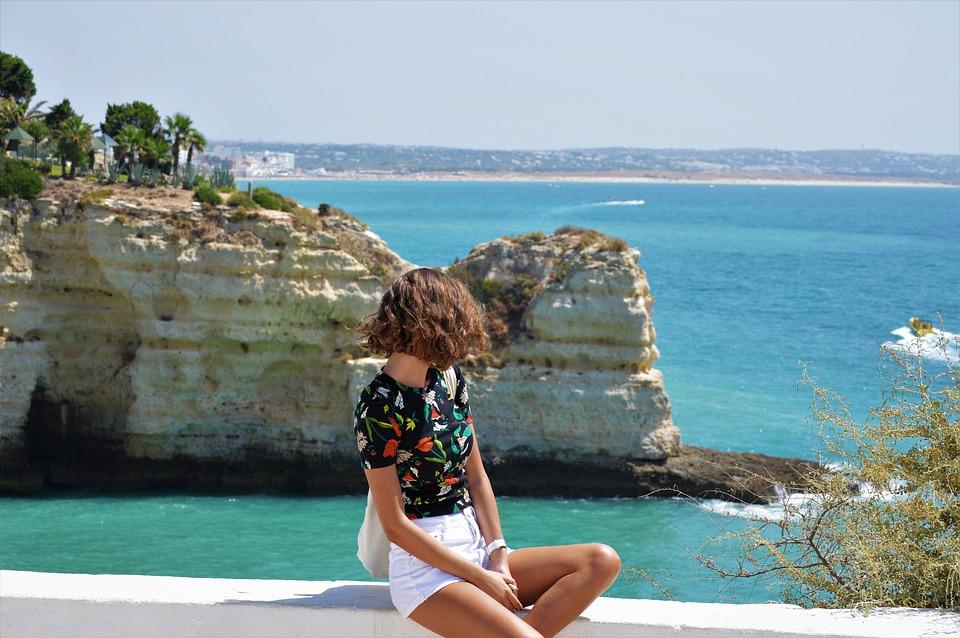 黒Tシャツ女性と海
