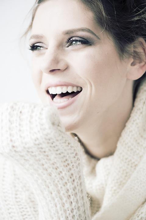 セーター笑顔女性