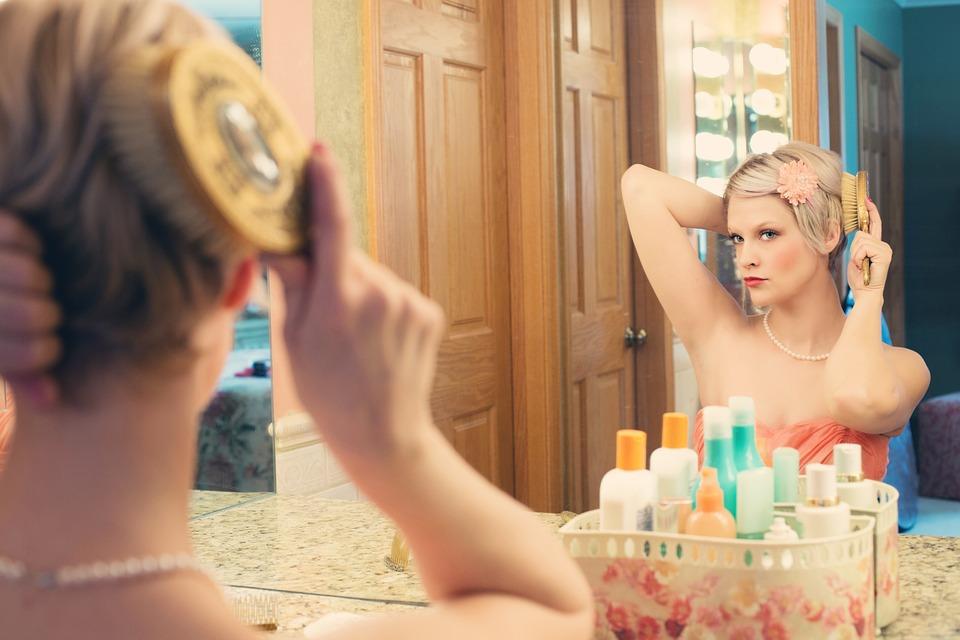 ブラシで髪を梳かす女性