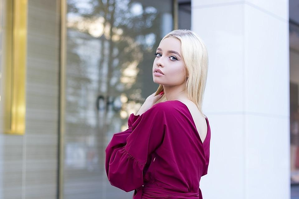 紫の服の女の子