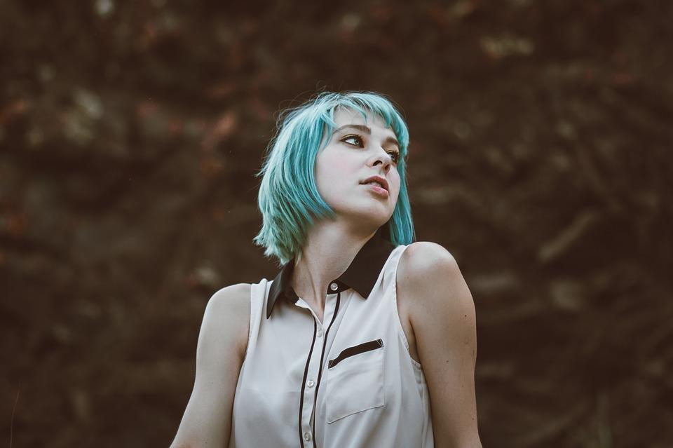 緑の髪女性