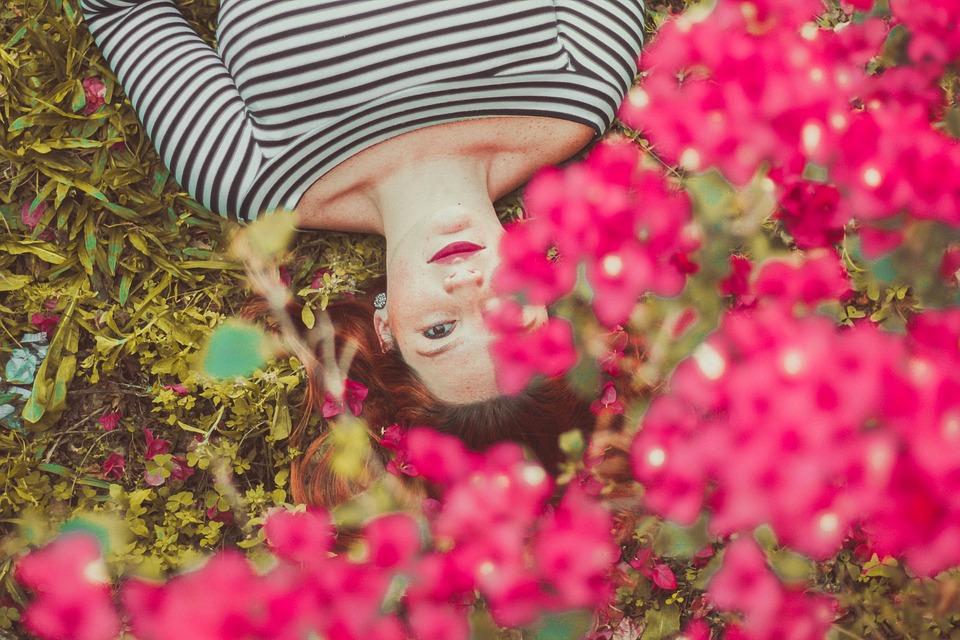 花と寝ている女性