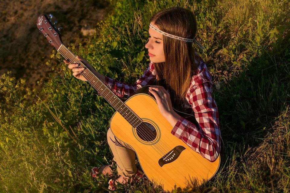 草の上ギター女の子