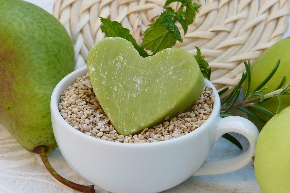 西洋梨緑の石けん白いカップ