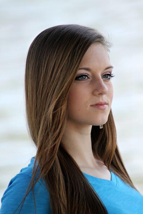 青い服ロングヘア女の子