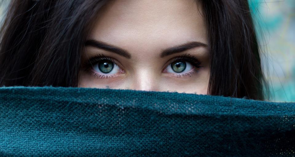 青い生地黒髪女性