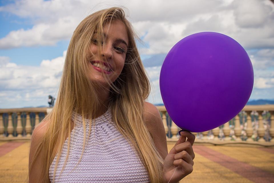 風船を持っている女の子