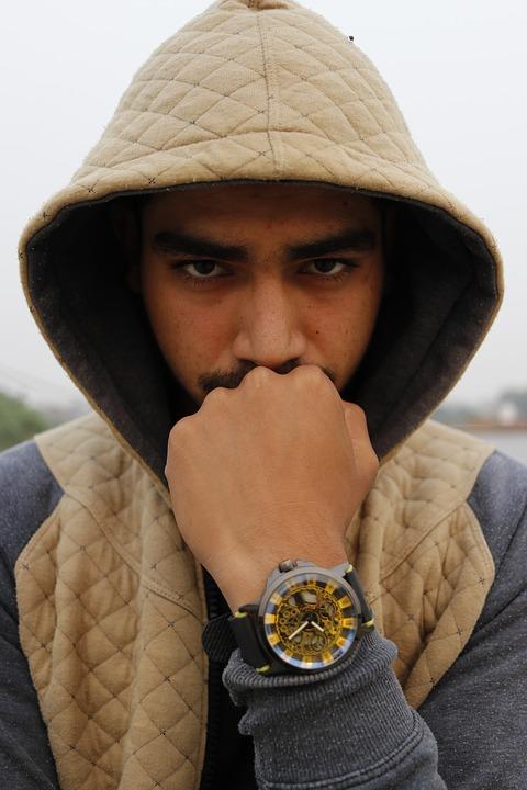 ヒゲ腕時計男性