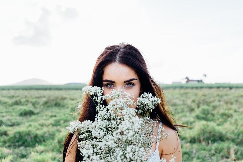 白い花ロングヘア女性