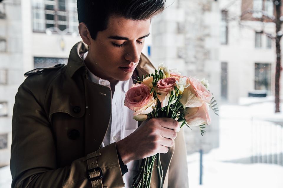 花を持っている男性