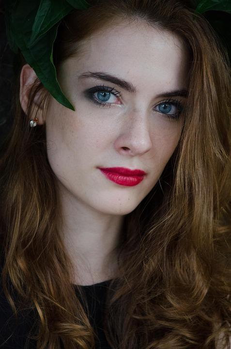 赤い口紅女性