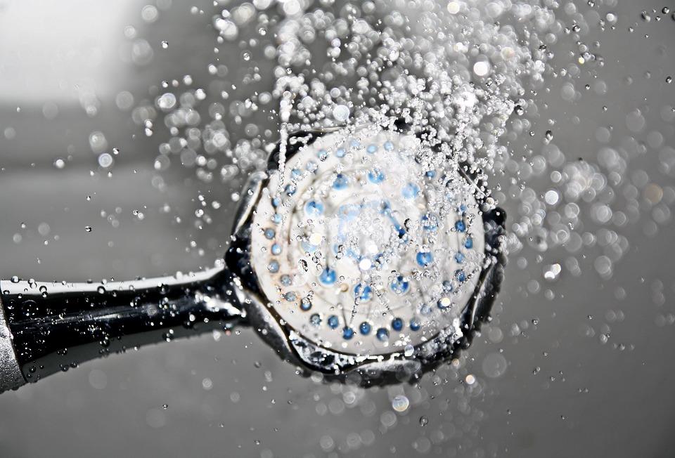 水しぶきと黒シャワーヘッド