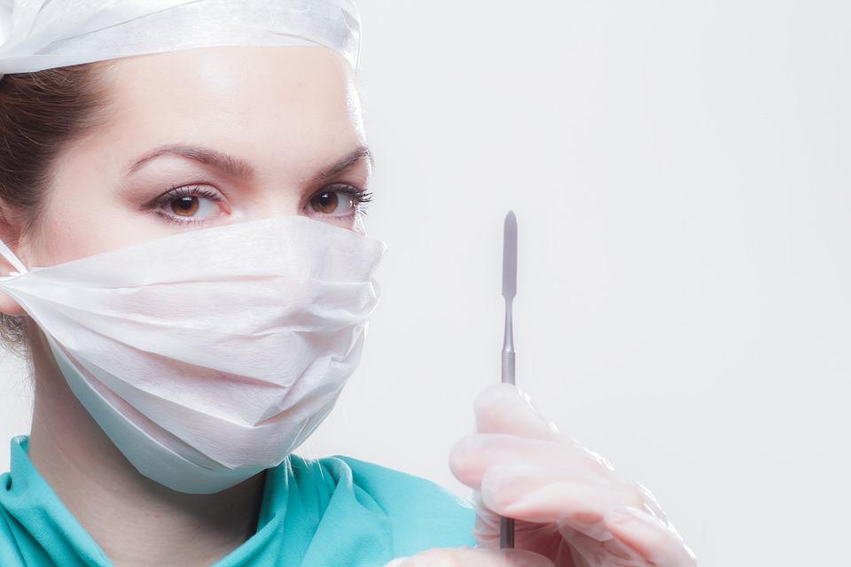 白いマスク女性医師